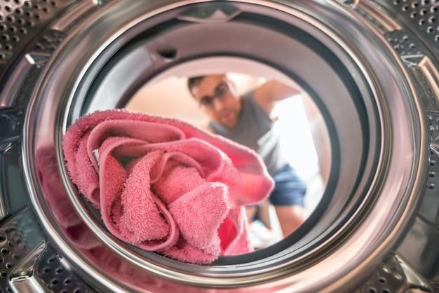 Homem jovem, fazendo, vista lavanderia, de, a, dentro, de, lavadora roupa