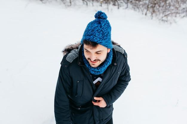 Homem jovem, ficar, em, roupas inverno, ligado, neve