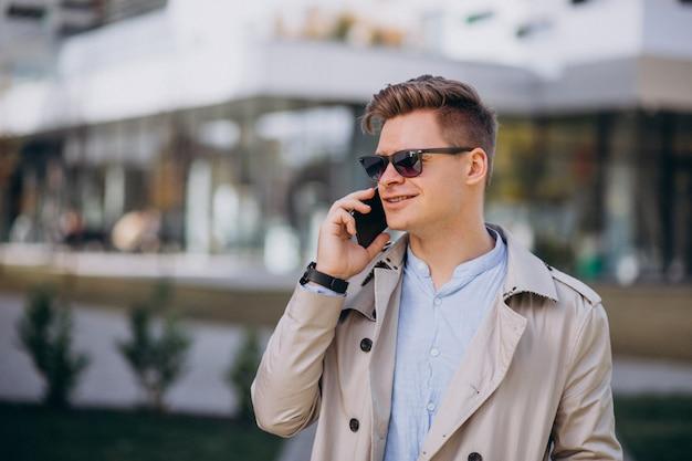 Homem jovem, ficar, por, a, negócio, predios