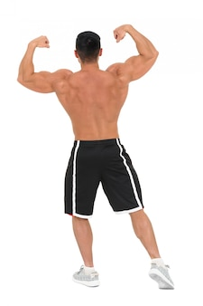 Homem jovem fisiculturista bonito posando para fotos de moda fitness. isolado no branco