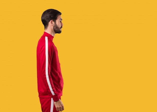 Homem jovem fitness do lado olhando para frente