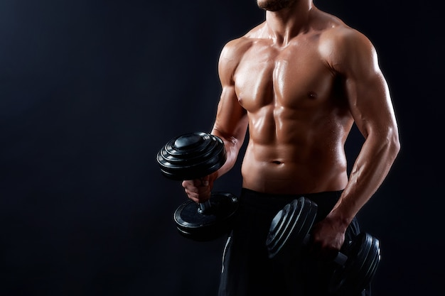 Homem jovem fitness em estúdio