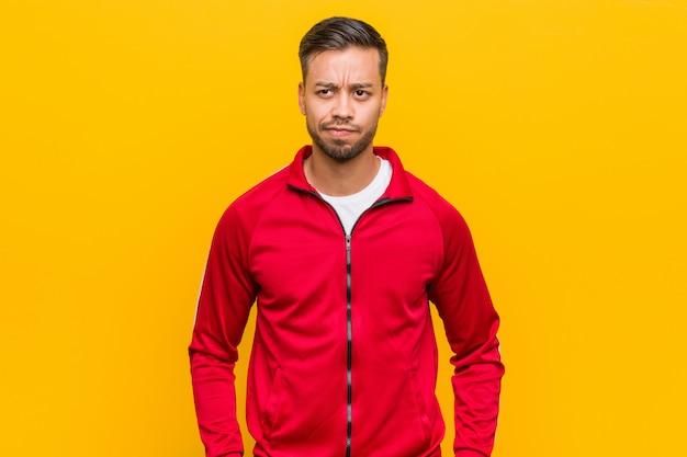Homem jovem fitness filipino confuso, sente-se duvidoso e inseguro.