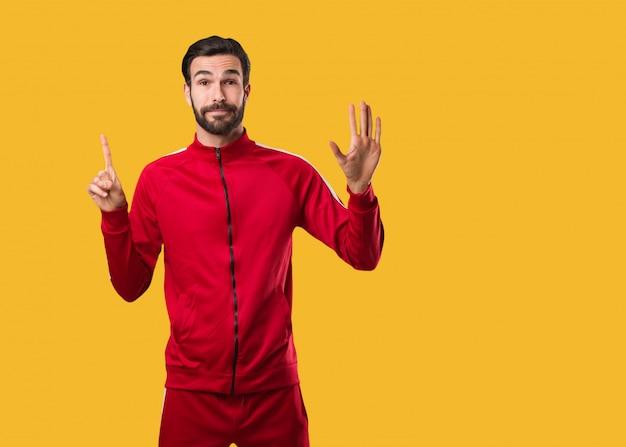 Homem jovem fitness mostrando o número seis