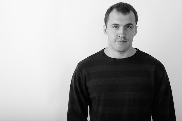 Homem jovem. foto preto e branco