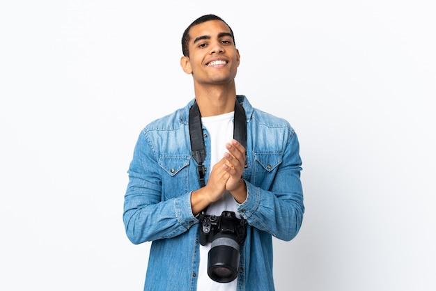 Homem jovem fotógrafo americano africano sobre parede branca isolada aplaudindo