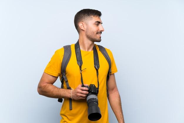 Homem jovem fotógrafo olhando para o lado