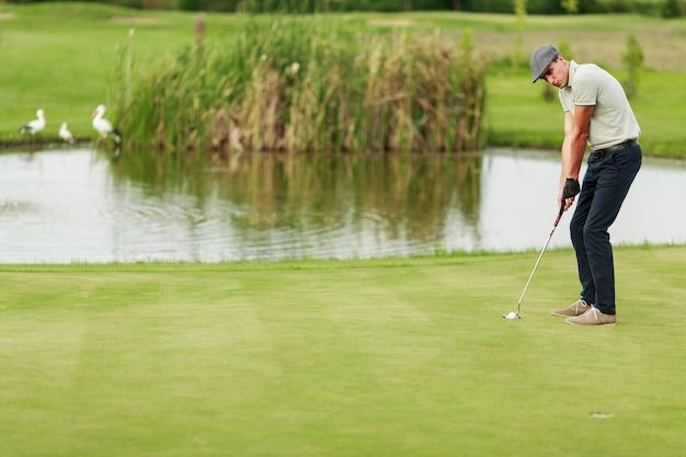 Homem jovem, golfe jogando