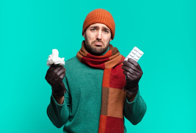 Homem jovem handome com comprimido de comprimidos. conceito de doença, gripe ou tosse