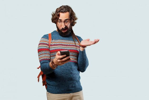 Homem jovem hippie com um telefone inteligente