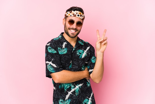 Homem jovem hippie isolado mostrando o número dois com os dedos.