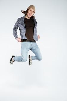 Homem jovem hippie pulando