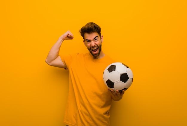 Homem jovem jogador de futebol que não se rende