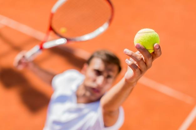 Homem jovem, jogando tênis