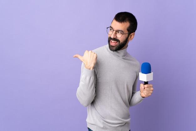 Homem jovem jornalista sobre parede isolada
