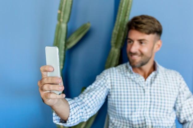 Homem jovem, levando, um, selfie