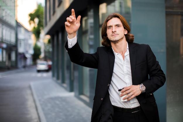 Homem jovem, levantando, seu, braço