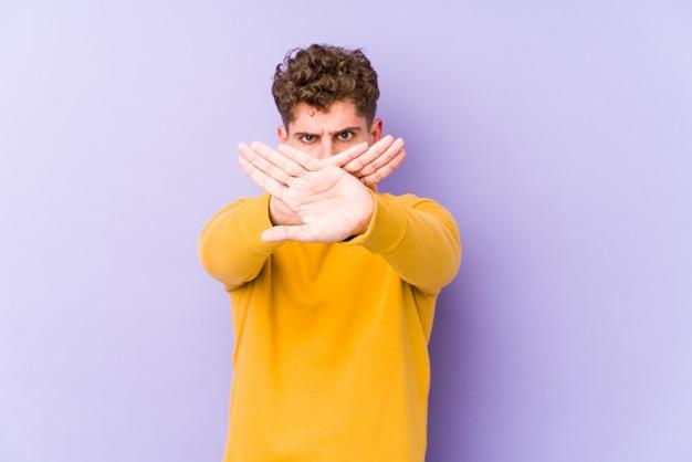 Homem jovem loiro cabelo encaracolado, fazendo um gesto de negação