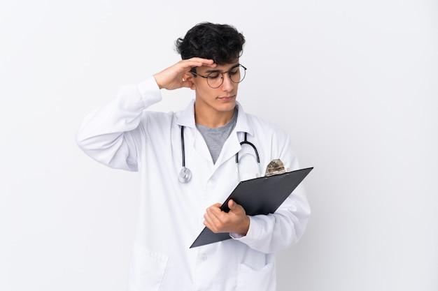 Homem jovem médico sobre parede isolada