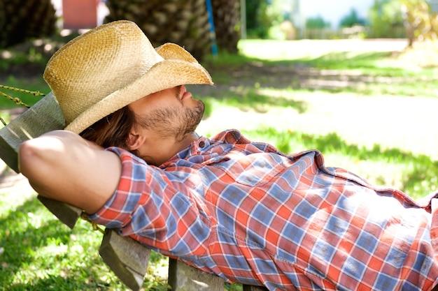 Homem jovem, mentindo, ligado, rede, descansar, com, chapéu