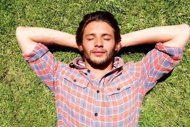 Homem jovem, mentir grama, relaxante