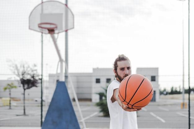 Homem jovem, mostrando, basquetebol, em, corte