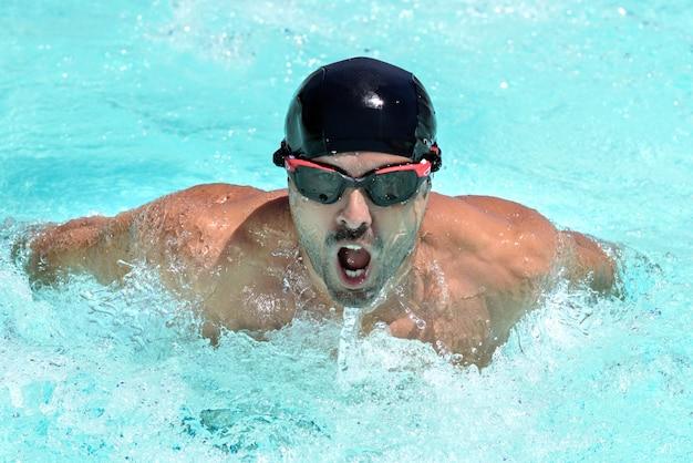 Homem jovem, natação, em, um, piscina