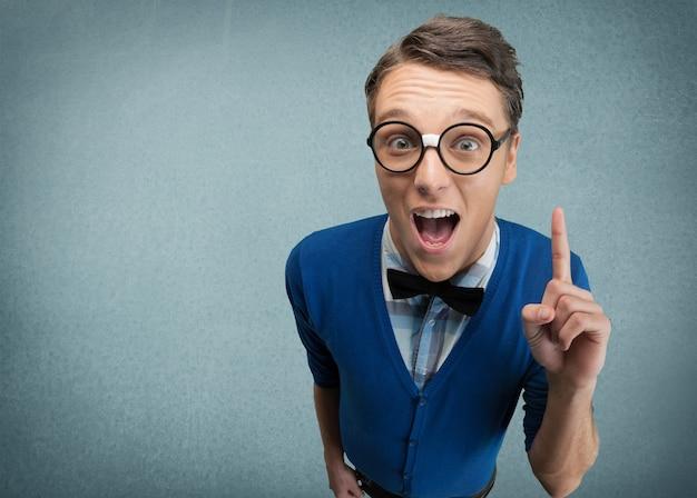 Homem jovem nerd posando no fundo