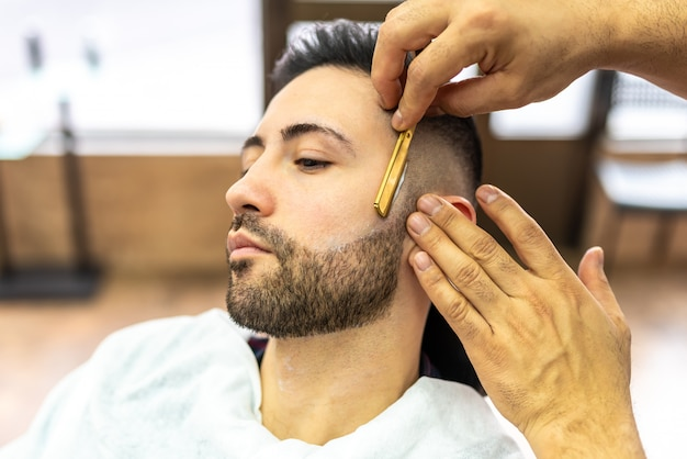 Homem jovem, obtendo, um, barba, raspada