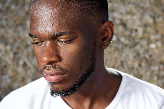 Homem jovem, olhando, com, suor, gotejando, baixo, rosto