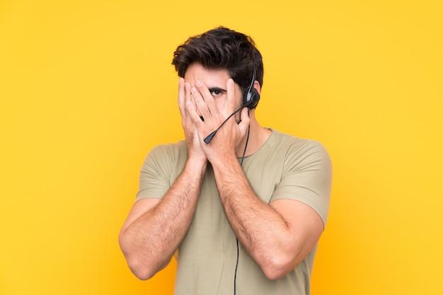 Homem jovem operador de telemarketing