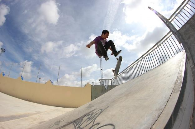 Homem jovem, patinação