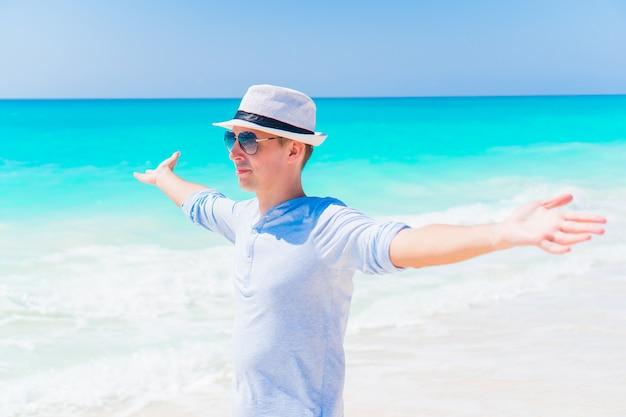 Homem jovem, praia, descansar, sozinha, ao ar livre
