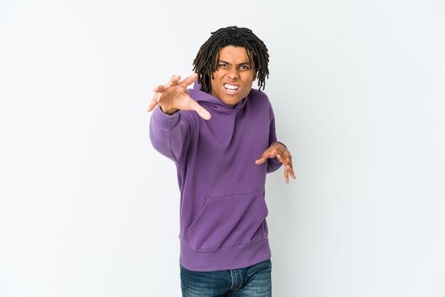 Homem jovem rasta americano africano mostrando garras imitando um gato, gesto agressivo.