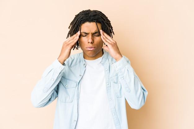 Homem jovem rasta americano africano tocando templos e tendo dor de cabeça.