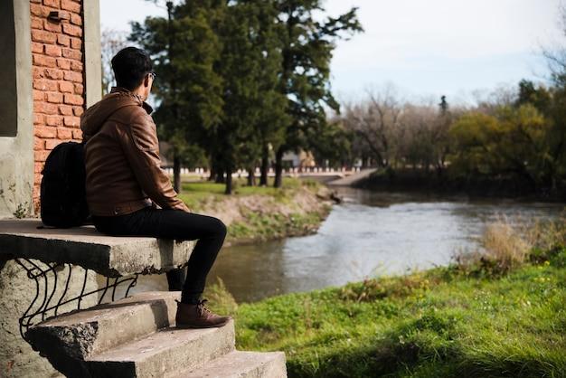 Homem jovem, relaxante, por, a, água