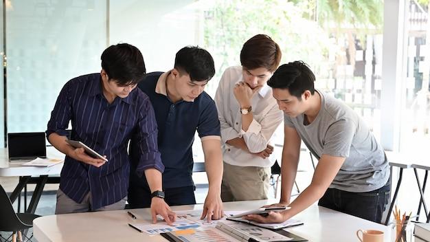 Homem jovem, reunião, com, startup, projeto negócio, ligado, tabela escritório