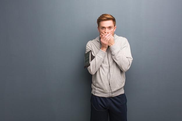 Homem jovem ruiva fitness surpreso e chocado