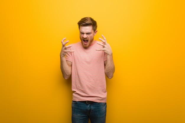 Homem jovem ruiva irritado e chateado