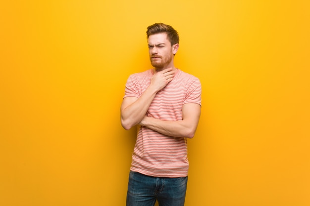 Homem jovem ruiva tosse, doente devido a um vírus ou infecção