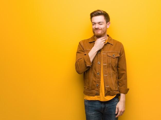 Homem jovem ruiva tossindo, doente devido a um vírus ou infecção