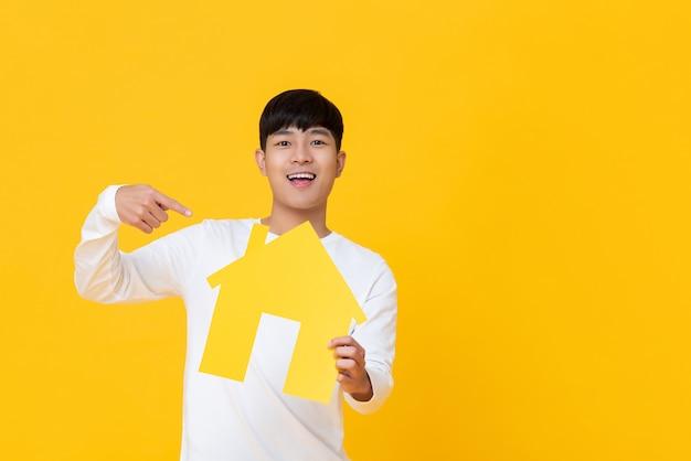 Homem jovem, segurando, casa papelão