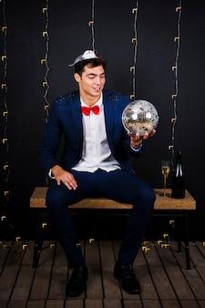 Homem jovem, segurando, discoteca, bola, ligado, banco