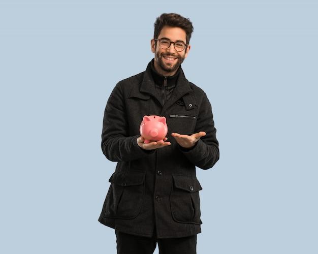 Homem jovem, segurando, um, piggie, banco