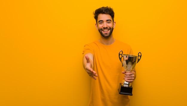 Homem jovem, segurando, um, troféu, alcançar, cumprimentar, alguém