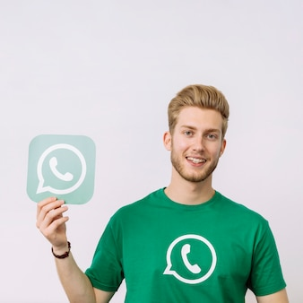 Homem jovem, segurando, whatsup, ícone, contra, fundo branco