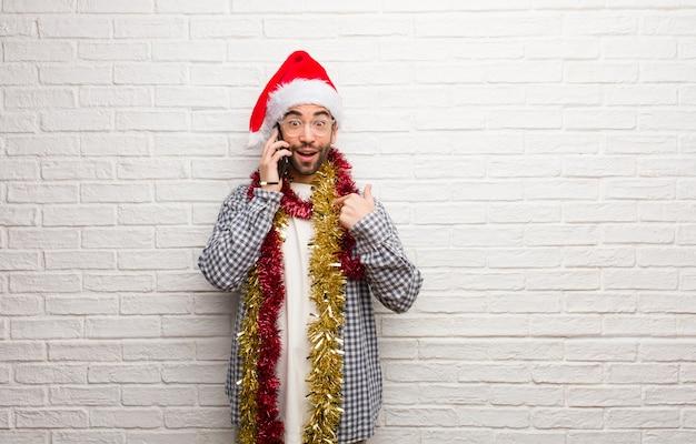 Homem jovem, sentando, com, presentes, celebrando, natal, surpreendido, sente, sucedido, e, próspero