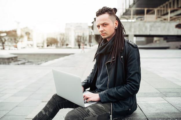 Homem jovem, sentando, ligado, a, escadas, usando computador portátil