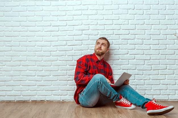Homem jovem, sentar chão, com, laptop