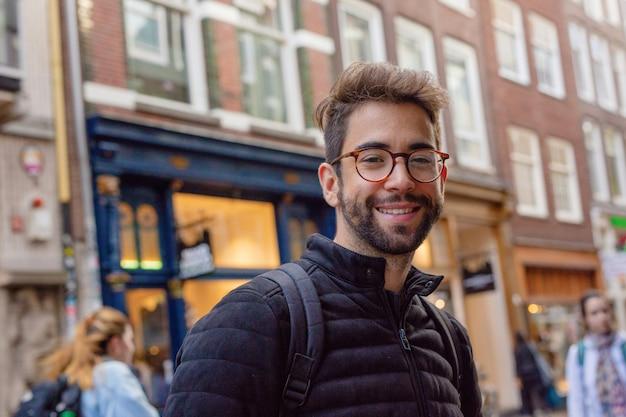 Homem jovem, sorrindo, cidade